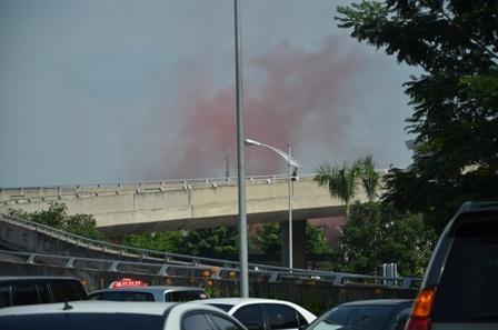 Một cảnh khói lửa được tạo ra trong buổi diễn tập sáng nay tại sân bay Tân Sơn Nhất
