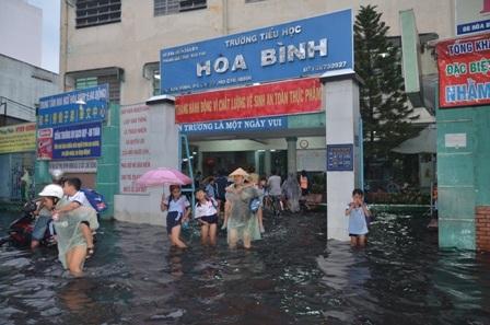 Trường tiểu học Hòa Bình ngập chìm trong nước
