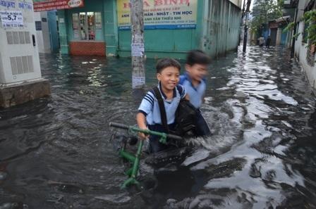 Học sinh bì bõm lội sông để về nhà