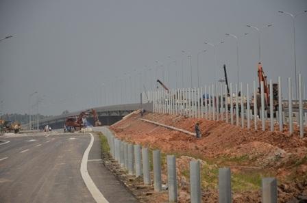 Các hạng mục rào chắn bảo vệ cao tốc vẫn đang dần hoàn thiện