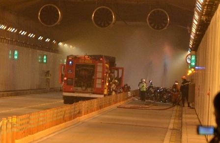 Hiện trường va chạm xe rồi xảy ra cháy trong hầm vượt sông Sài Gòn