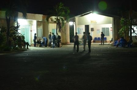 Nhiều phụ huynh trực suốt đêm tại bệnh viện huyện Cần Giờ để đón chờ thi thể con