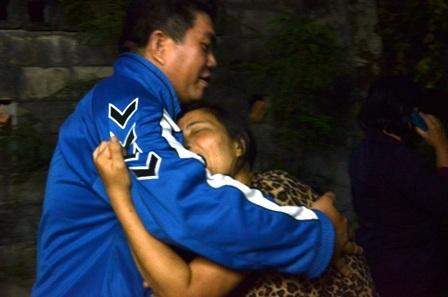 Chị Lan ngã quỵ khi thi thể Nguyễn Phan Thành Lâm được chuyển về bệnh viện