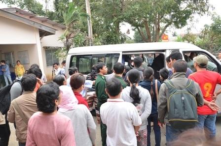 Xe đưa thi thể các nạn nhân cuối cùng về quê mai táng.