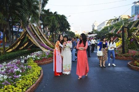 Những thiếu nữ thước tha trong tà áo dài tại đường hoa