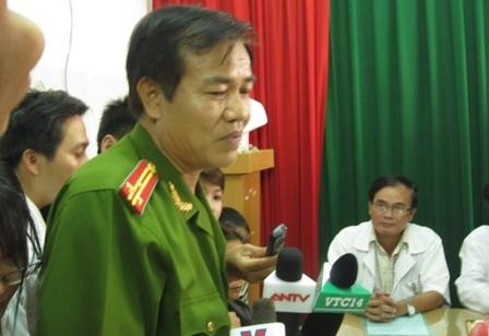 Thượng tá Nguyễn Văn Thanh thông tin vụ việc với báo chí