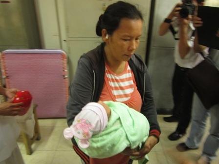 Sau 4 ngày xa cách, lúc 11h trưa 13/1, bé Hoài đã được về với mẹ