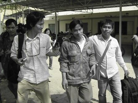 Anh Trương Văn Hên (đi giữa) không giấu được vẻ vui mừng khi nghe tin sắp được gặp con