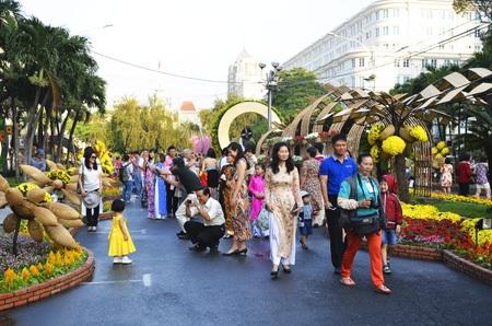 Người dân Sài Gòn dạo đường hoa Nguyễn Huệ trong sáng mùng 1 Tết