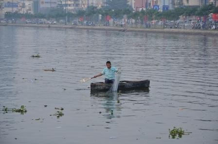 Đi thuyền ra giữa sông vớt cá chép (Ảnh: Đình Thảo)