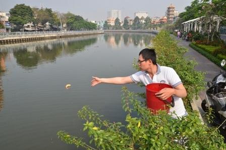 Sáng 23/1 rất đông người dân TPHCM đã ra các tuyến kênh lớn để phóng sinh cá chép