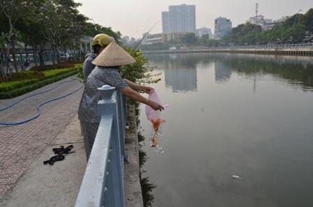 Người dân thả cá chép tiễn ông Táo về trời (Ảnh:Đình Thảo)