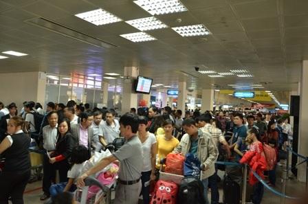 Biển người chờ làm thủ tục bên trong sân bay Tân Sơn Nhất