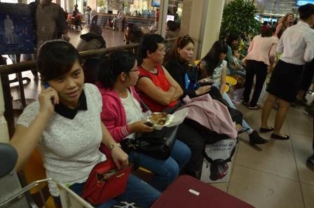 Nhiều người tranh thủ lót dạ tại sân bay