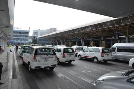 Đoàn xe đưa khách vào sân bay cũng xếp hàng dài