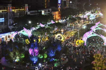 Đường hoa Nguyễn Huệ vẫn đông nghẹt người tham quan tối mùng 4 Tết