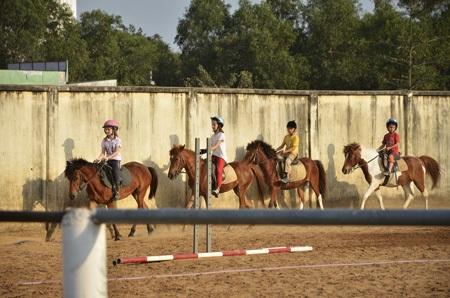 Một thời gian sau đó các em mới có thể tự cưỡi ngựa 1 mình