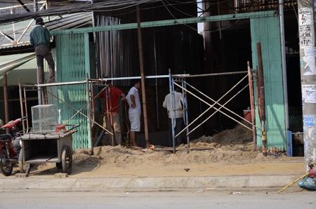 Một số người dân bắt đầu sửa nhà, nâng nền sau khi đường được nâng cao.