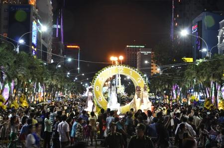 Sau 7 ngày mở cửa, đường hoa đã đón hơn 1 triệu lượt khách tham quan