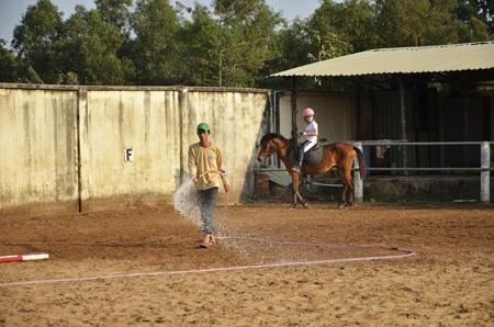 Tưới ướt sân trước khi học để tránh bụi
