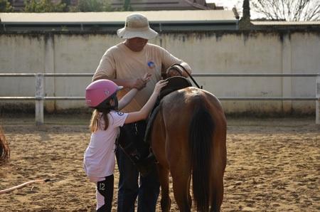 Huấn luyện viên người Pháp Amaury Le Blan hướng dẫn học viên cách leo lên lưng ngựa