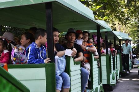 Một số em được bố mẹ cho đi tàu hỏa để thăm thú Thảo Cầm Viên