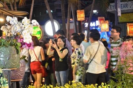 Nhiều người dân tranh thủ chụp ảnh, tham quan trước khi đường hoa chính thức đóng cửa