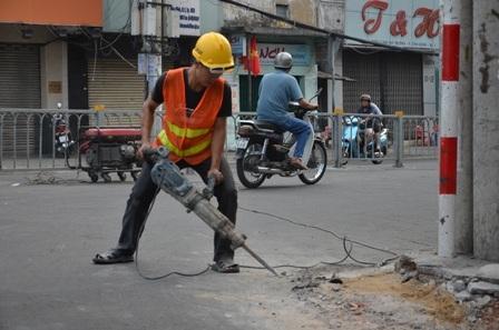 Các công nhân mở rộng đường Hai Bà Trưng để các phương tiện lưu thông được thông thoáng hơn