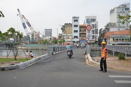 Cầu tạm hướng quận Phú Nhuận sang quận 1 chỉ cho phép xe gắn máy lưu thông