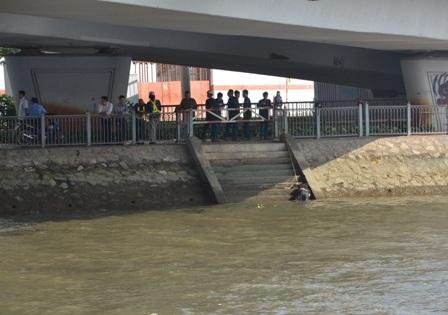 Thi thể nạn nhân được cột lại dưới chân cầu Khánh Hội