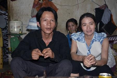 Hai vợ chồng anh Vương chị Hồng kể lại câu chuyện với PV