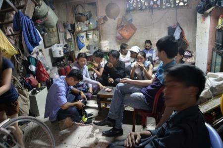 Sáng 23/3, rất đông người dân tập trung tại nhà chị Hồng