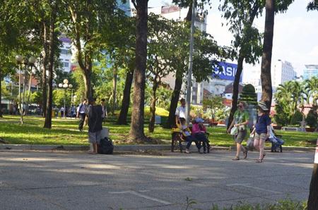 Mọi người đổ ra công viên để trốn cái nắng 38 oC