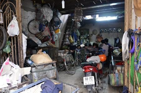 Căn nhà nơi vợ chồng anh Vương chị Hồng cùng nhiều người đi mua ve chai trú ngụ