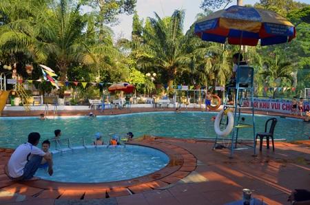 Vào bể bơi giải nhiệt cũng là cách được nhiều người lựa chọn