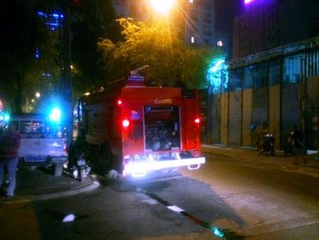 Lực lượng chữa cháy quận 1 có mặt tại hiện trường