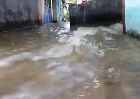 Nước ồ ạt tràn vào khu dân cư
