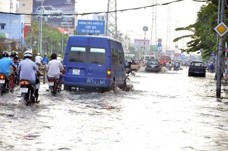 Đường phố Sài Gòn ngập lênh láng chỉ sau một cơn mưa vào chiều 15/4