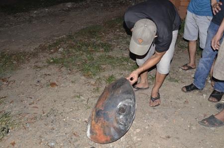 Một mảnh kim loại bắn ra sau những tiếng nổ lớn tại hiện trường vụ cháy