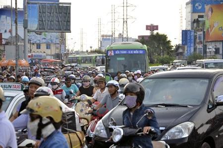 Nhiều tuyến đường bị kẹt xe vào chiều 15/4 do người dân tránh ngập.