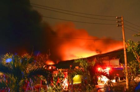Biển lửa bao trùm toàn bộ nhà xưởng