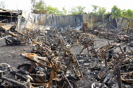 Chỉ một hành động đốt rác bất cẩn đã thiêu rụi 325 chiếc xe gắn máy...thiệt hại 2,5 tỉ đồng
