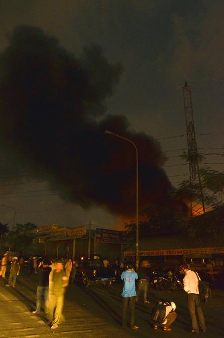 Vụ cháy khu xử lý chất thải rắn Gò Cát xảy ra lúc 19h45 tối 14/4 và kéo dài đến rạng sáng 15/4
