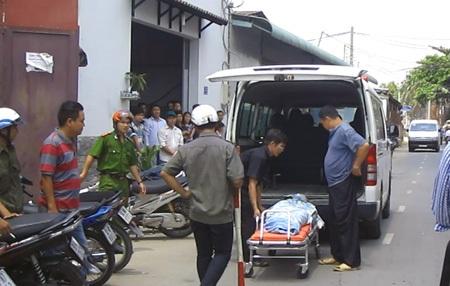 Thi thể nạn nhân được chuyển đi