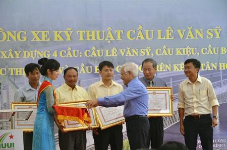 Chủ tịch UBND TPHCM Lê Hoàng Quân tặng bằng khen cho đơn vị thi công