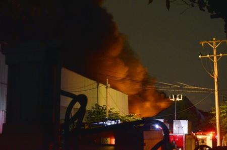 Vụ cháy gây ra hàng chục tiếng nổ lớn khiến người dân trong khu vực lo sợ