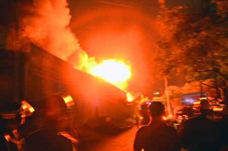 Hàng chục tiếng nổ lớn phát ra từ nhà xưởng