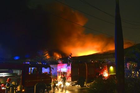 Lực lượng chữa cháy được chi viện thêm