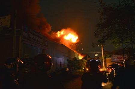 Nhiều tiếng nổ lớn và cuộn lửa bốc cao như bom nổ