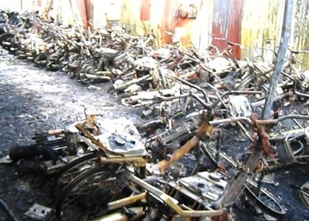 Hơn 300 xe gắn máy các loại gửi tại đây bị cháy trơ khung